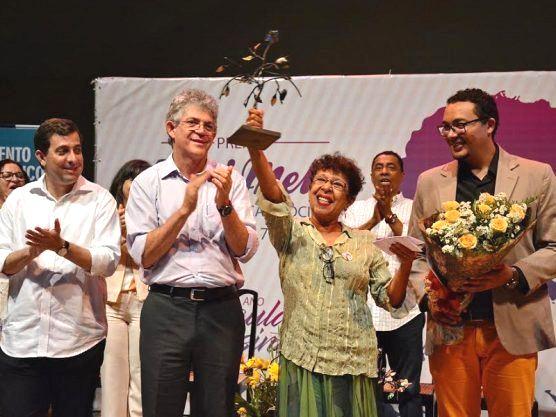 Ex-vereadora e ativista Paula Frassinete recebendo o Prêmio Ceci Melo 2017